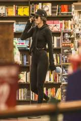 kendall-jenner-in-tights-shopping-07