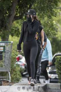 kendall-jenner-in-tights-shopping-17