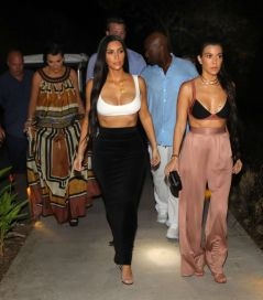 kim-and-kourtney-kardashian-out-for-dinner-in-costa-rica-01-28-2017_7