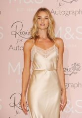 rosie-huntington-whiteley-at-launch-of-her-new-fragrance-in-london_11