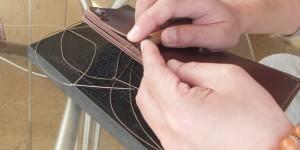 菱目抜きで縫い穴を貫通させる様子