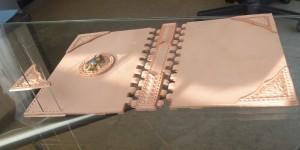 四隅の飾りポケットの取り付けの様子。個別に縫い穴を開けています。