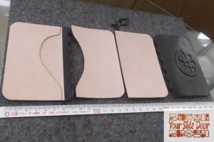 外側を黒革、内側をヌメ革で制作しています。