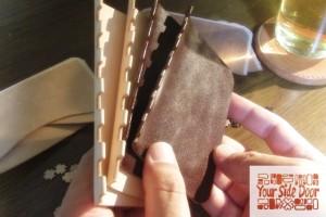 革の蝶番の凹の部分を仕上げています。