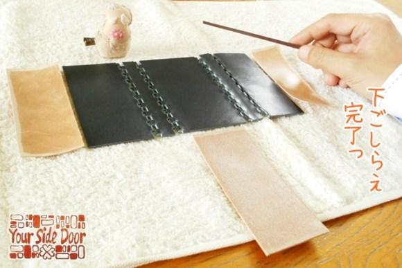 細く加工したヤスリで革の蝶番を削ります