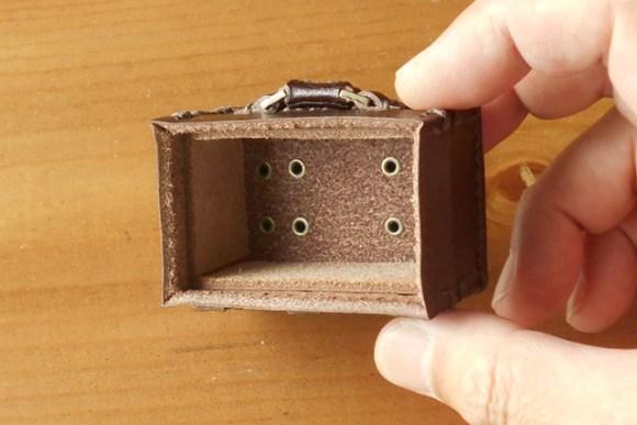 底にマグネットを付けず、革の蝶番で開閉するオーダーメイドのぷちトランク