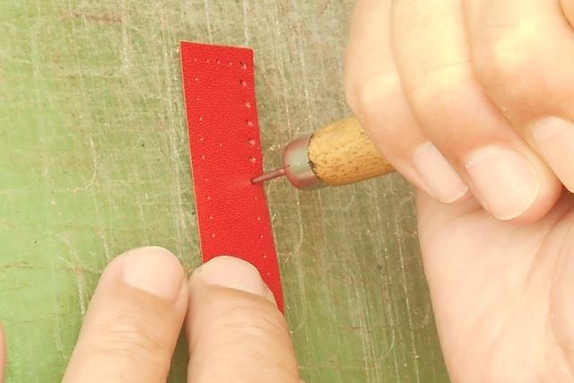 縫い穴はしっかり開けておきます