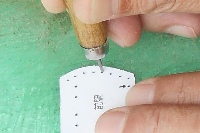 縫い穴の位置には軽く穴を開けておきます