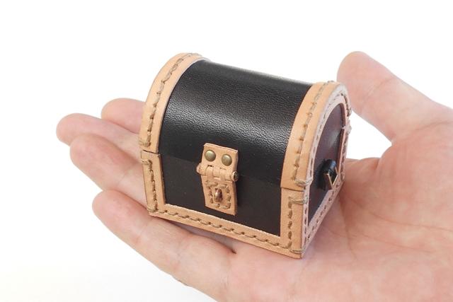 オーダーメイドの黒革のぷち宝箱です