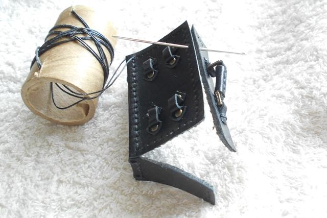 革で箱を作るときの一つの縫い方です