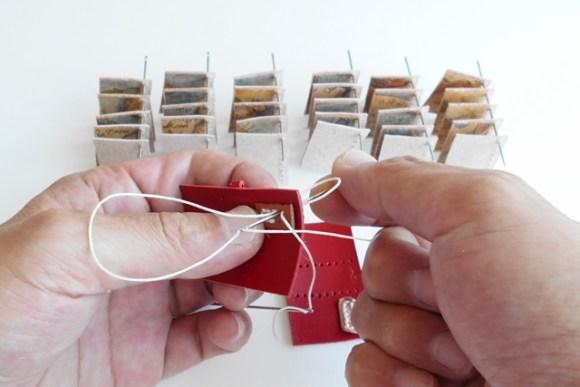 中のページを乾かす間にパーツを縫い付けてゆきます