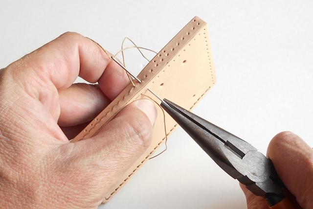 直角に貼った革の中を斜めに糸が通ってゆきます