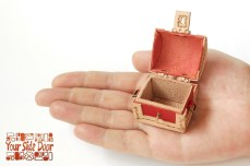 小人サイズのあの宝箱のマグネットです