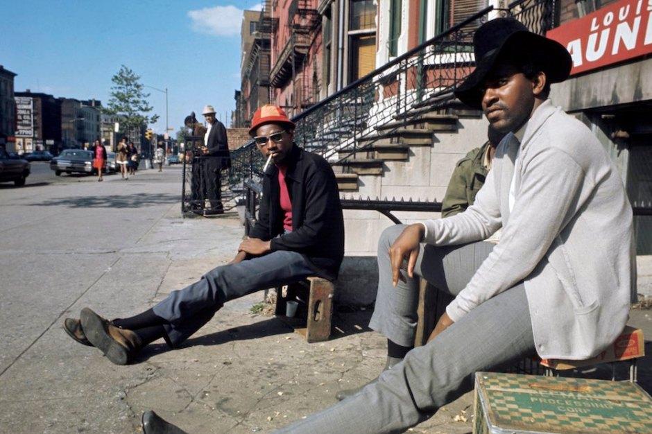 Harlem: The Ghetto. New York City- Harlem- juillet 1970: le ghetto; deux hommes sans activitÈ, assis sur des cageots, dans une rue. (Photo by Jack Garofalo/Paris Match via Getty Images)