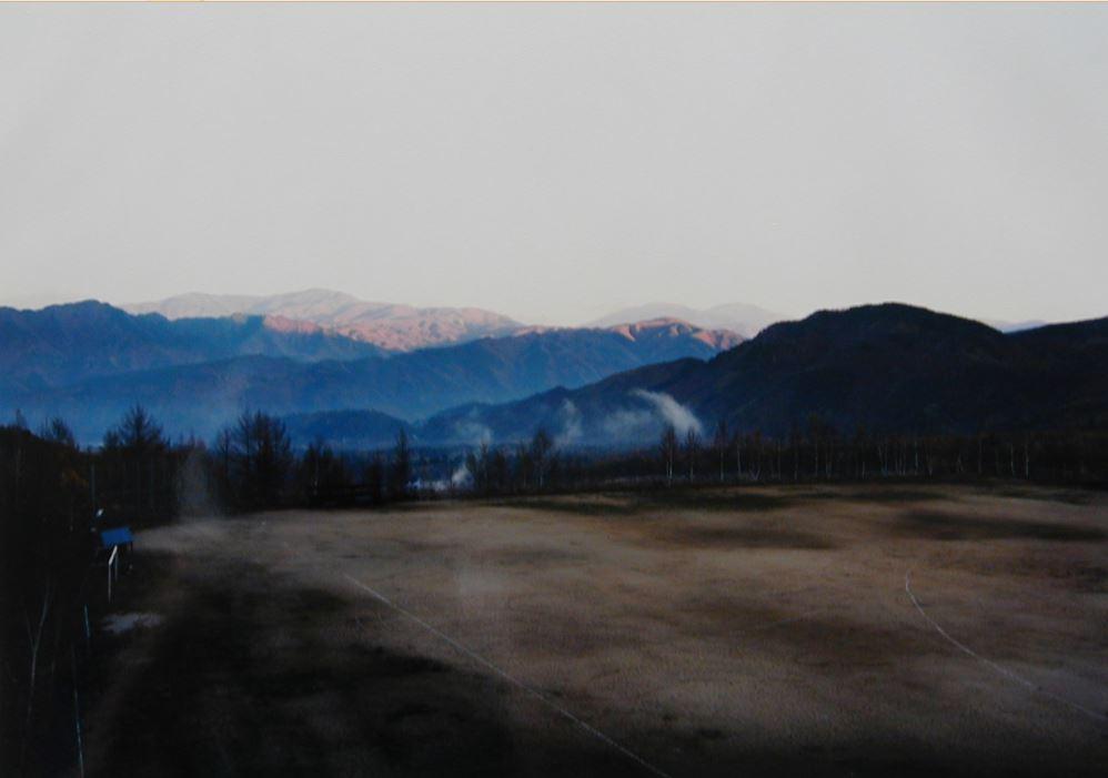 Thomas Struth, Sonnenaufgang in den Bergen bei Kiso-Fukushima, Japan. 1987 Farbphotographie. 25,3 x 36,1 cm (30,4 x 40,5 cm), en verso mit Bleistift bezeichnet, datiert, nummeriert und signiert