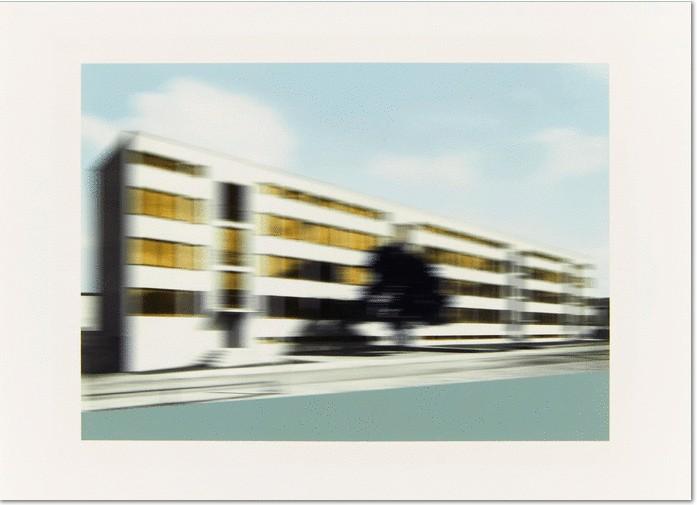 Thomas Ruff: 'Bauhaus, w.h.s. 01.' aus: Mies van der Rohe Series. 2001. C-Print auf Kodak-Professional. 18 x 25,2cm (24 x 33cm), signiert, datiert und nummeriert mit Bleistift verso