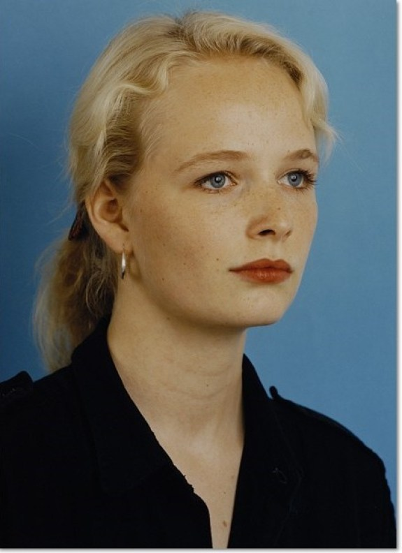 """Thomas Ruff: """"Porträt (C. von Heyl)"""", 1985, C-Print, limitierte Auflage 150 Exemplare, handsigniert und nummeriert en verso, Bildformat: 40 x 30 cm."""