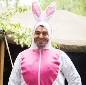 Man in konijnenpak