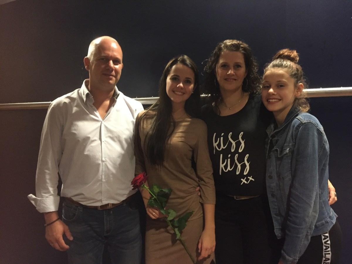 Zoë met vader, moeder en zusje Isa