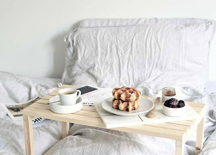 easy diy breakfast in bed table