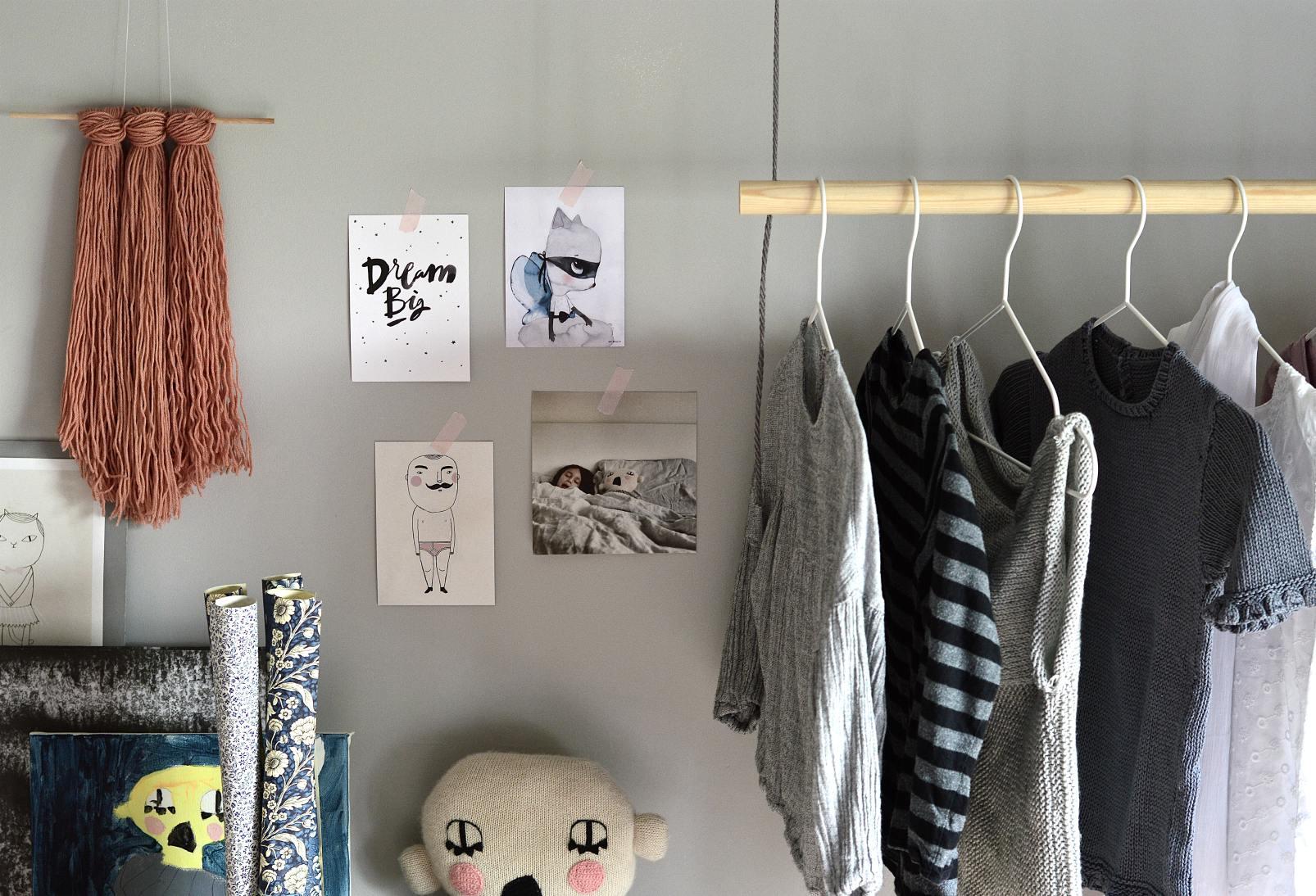 hang on with this diy hanging clothes rack obsigen. Black Bedroom Furniture Sets. Home Design Ideas