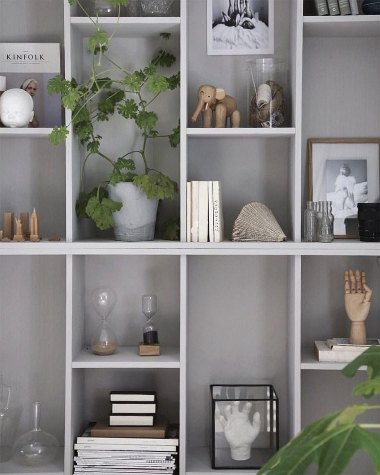 how to decorate open shelves in living room