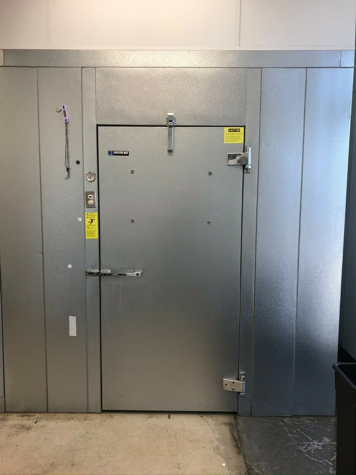 master bilt walk in cooler with lighting and self contained top mount unit