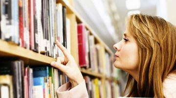 Lady-browses-books-library_KN
