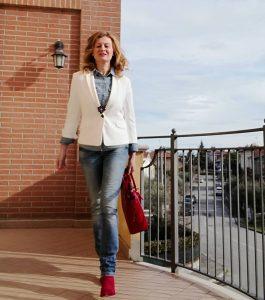 jeans, blazer bianco, stivaletti rossi
