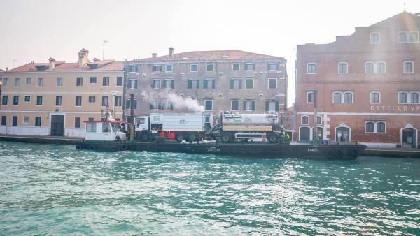 Pindahkan lori pun guna pengangkutan air di Venice