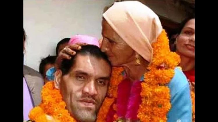The Great Khali with his motherr Tandi Devi
