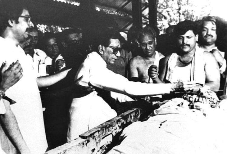 Uddhav Thackeray (Extream left) with Bal Thackeray(Left) at the funeral of his elder brother Bindumadhav Thackeray