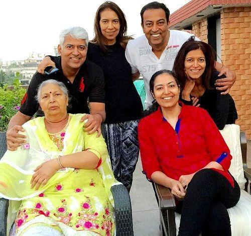 Dara Singh Family (wife Surjit Kaur Randhawa, Three daughters- Deepa Singh, Kamal Singh & Lovleen Singh And Two Sons- Virender Singh Randhawa & Amrik Singh Randhawa)