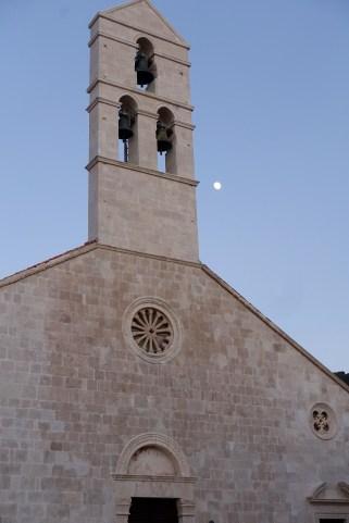 Vïs church moon