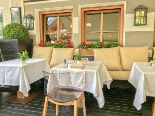 Banquette Rosa Alpina restaurant