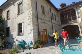 Un Posto Milano courtyard walkers