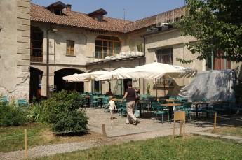 Un Posto Milano courtyard