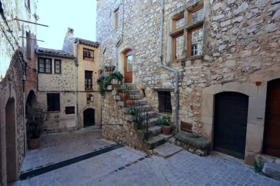 Tourrettes-sur-Loup village steps