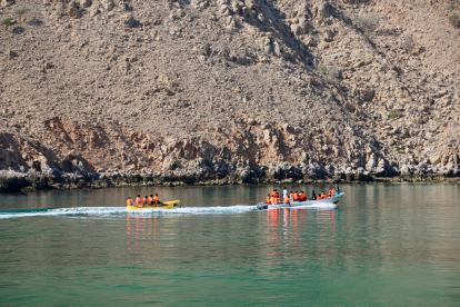 After a while, other local boats from Dibba showed up to enjoy the same cover. So much fun to see so many people on a single boat, flying around the cove like it was their first time.