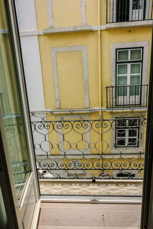 The Lisboans is in Central Lisbon, between Baixa and Mouraira districts, a block from the Lisbon cathedral. It's one-off location means it's quite, the thick soundproofed doors block out the erroneous street noise instantly.