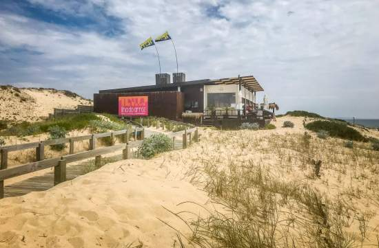 Another place right on the beach is the beach version of Museo de Arroz, a more casual place right in the dunes called Ilha do Arroz