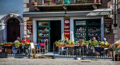 Monforte d'Alba cafe patrons