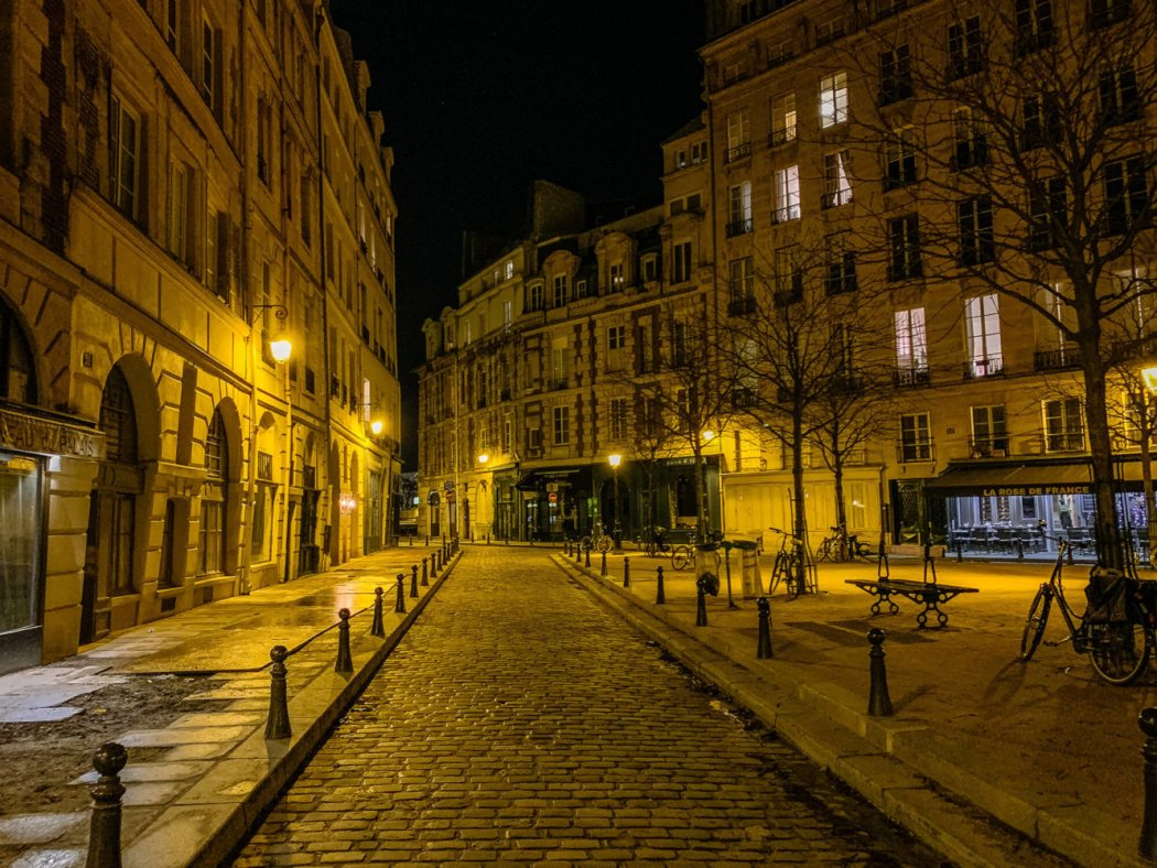 Place Dauphin at night