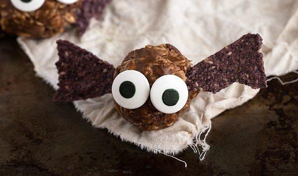 Healthy halloween food ideas: peanut butter bat bites