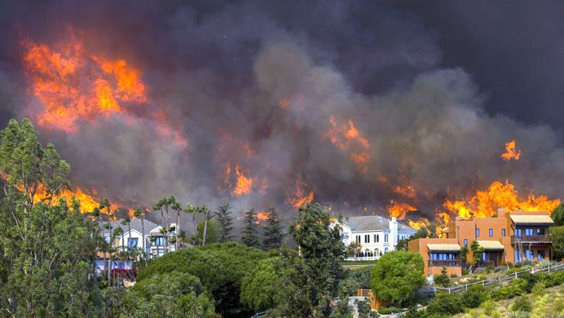 Hollywood celebs flee homes to escape California wildfire