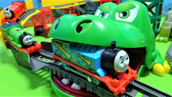 Thomas escape from Big crocodile and Big spider!Track is full of insect and snakes!for kids!yupyon