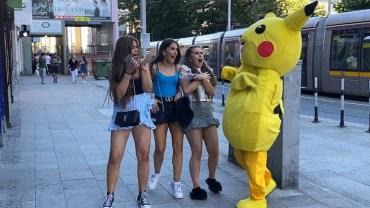 Pikachu'yla Yolda Karşılaşan İnsanlardan Şok Tepkiler