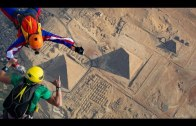 Piramitlerin Üzerine Yapılan Paraşütle Atlama Gösterisi