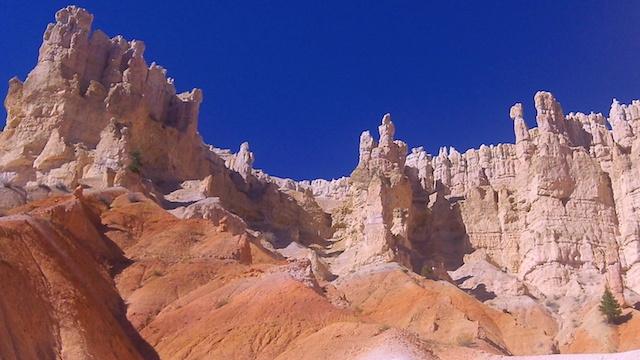 La randonnée est le meilleur moyen de découvrir de plus près le Parc de Bryce Canyon aux Etat-Unis photo blog voyage tour du monde https://yoytourdumonde.fr