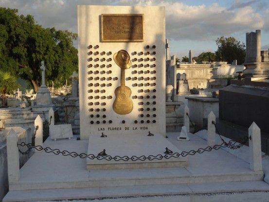 Dans l'un des cimetieres de Santiago de Cuba, vous pouvez découvrir les tombes de personnes qui ont fait le pays. Comme le heros national Jose Marti ou Compay Segundo, musicien célébre du groupe Buena Vista Social Club. Photo blog voyage tour du monde https://yoytourdumonde.fr